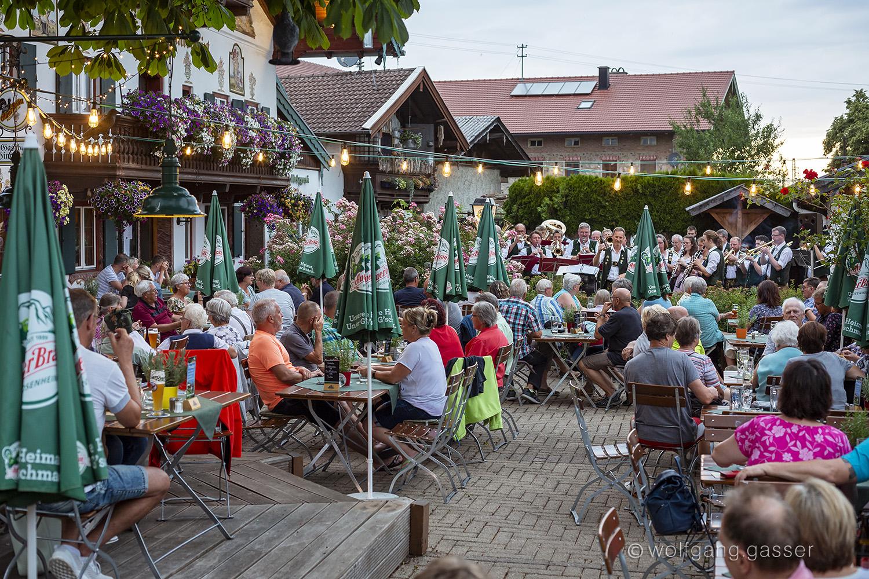 Standkonzert der Blaskapelle Übersee-Feldwies beim Gasthof Hinterwirt